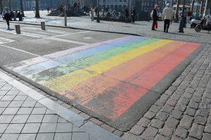 Een regenboog zebrapad als voorbeeld van een lokaal regenboogbeleid